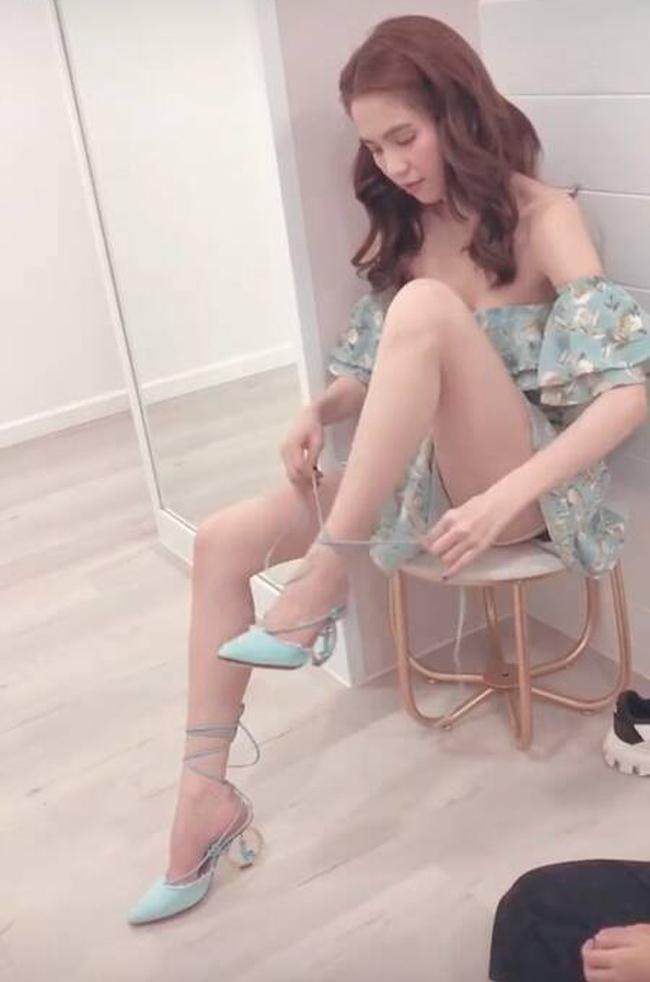 Ở một vài góc chụp, người đẹp sinh năm 1989 này dễ bị lộ điểm nhạy cảm do mặc váy ngắn nhưng không chỉn chu với dáng ngồi.