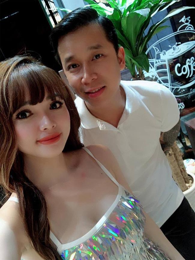Vợ chồng nam ca sĩ Lê Hoàng nhóm The Men vàViệt Huê có cuộc sống hạnh phúc, giàu sang. Mới đây Lê Hoàng tiết lộ về căn nhà phố hơn 1.000 mét vuông khiến nhiều người ngỡ ngàng.