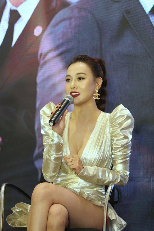 Với chiếc váy có độ dài hơn 1 gang tay đã khiến Phương Oanh khá lúng túng khi ngồi xuống.