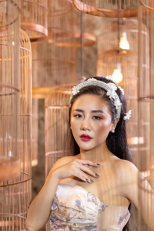 Thót tim vì váy trống trải vô cùng của Văn Mai Hương - 1