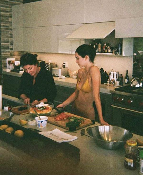 Thời trang vào bếp khi bị cách ly của sao Hollywood - 1