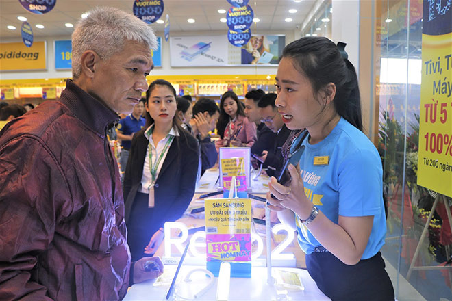 Chiều khách kiểu Thế Giới Di Động: Nhân viên kiêm thêm phần việc của PG tại siêu thị để tiết kiệm thời gian, gia tăng ưu đãi cho khách hàng - 1