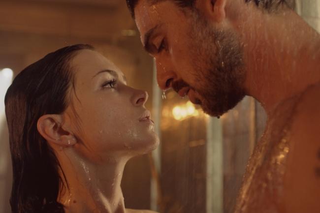 """'365 Days' (tên gốc 365 DNI) chiếu trên nền tảng xem phim trực tuyến Netflix thu hút sự chú ý của khán giả. Bộ phim của Ba Lan nhanh chóng đứng top đầu trong bảng xếp hạng ở nhiều nước châu Âu, Mỹ và cả ở Việt Nam nhờ những cảnh """"sex như thật"""". Phim do tài tử Italia - Michele Morrone và diễn viên Ba Lan - Anna Maria Sieklucka đóng chính."""