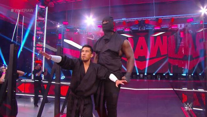 """Đô vật 2m20 """"khổng lồ"""" sàn WWE khiến đội bạn """"khiếp vía"""" - 1"""