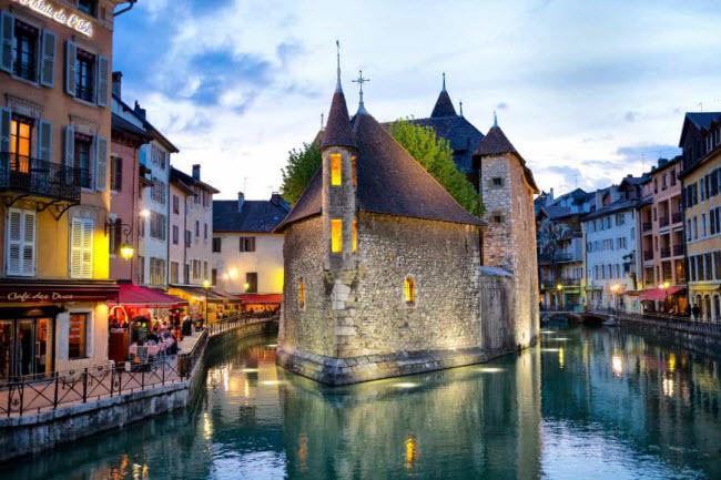 Annecy, Pháp: Nằm dưới chân núi Alps ở Pháp, thị trấn Annecy từ lâu đã được đánh giá là một trong những địa điểm lãng mạn nhất trên thế giới.