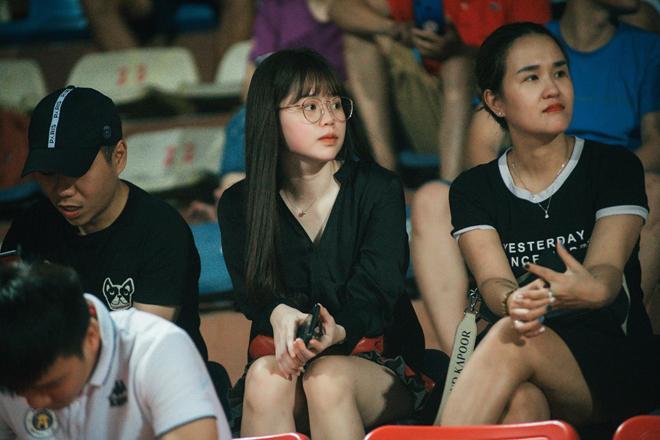 Bạn gái Quang Hải, Văn Hậu khoe sắc tại Hàng Đẫy - 1