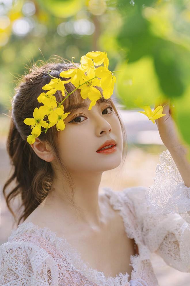 Vẻ đẹp lay động lòng người của nữ sinh Tài chính bên hoa muồng hoàng yến - 1