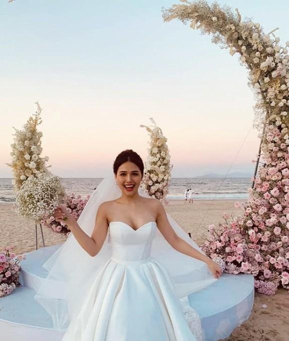 """""""Cá sấu chúa"""" Quỳnh Nga rạng rỡ dự tiệc cưới của Phanh Lee - 1"""
