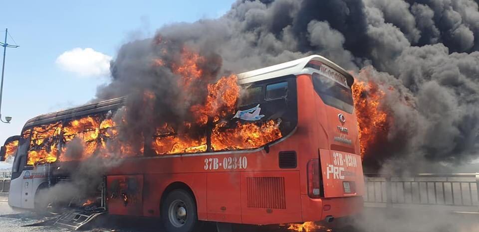 Xe khách giường nằm bốc cháy ngùn ngụt, hành khách hoảng loạn thoát thân - 1