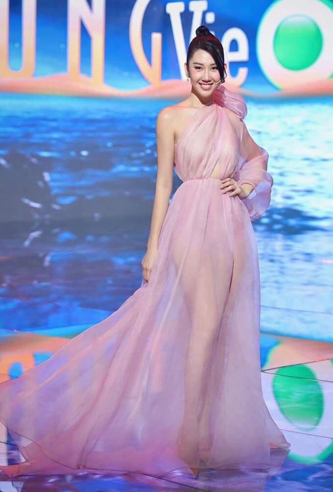 Bộváy màu hồng tuyệt đẹp đã tôn lên vóc dáng người mẫu của cô nhưng ở góc quay nhiều ánh sáng, body phía trong của cô lộ ra khá rõ.