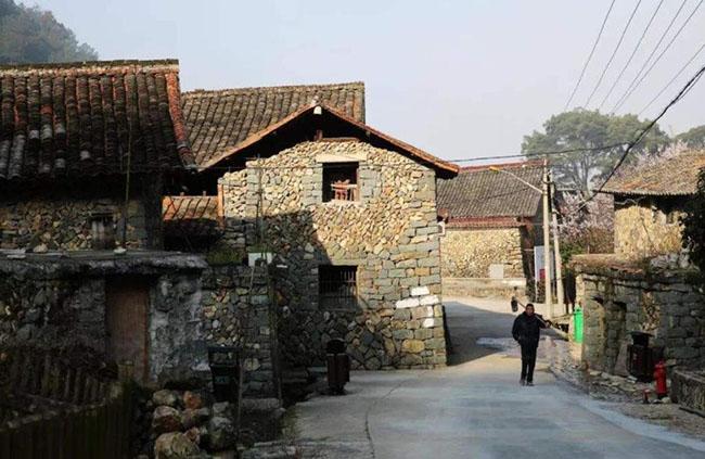 Ngôi làng đá cổ tồn tại suốt 500 năm, kỳ lạ hơn là người dân ở đây sống rất thọ - 1