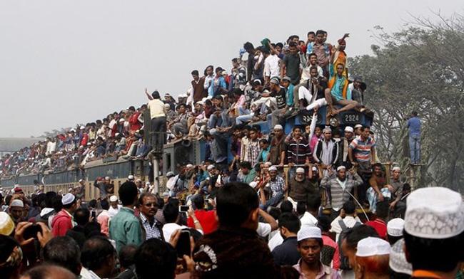 Rất nhiều người trèo lên cả nóc toa xe lửa đường sắt đang chạy ở Bangladesh dù nó rất nguy hiểm. Điều này không hề hiếm gặp ở một số nước châu Á như Ấn Độ.