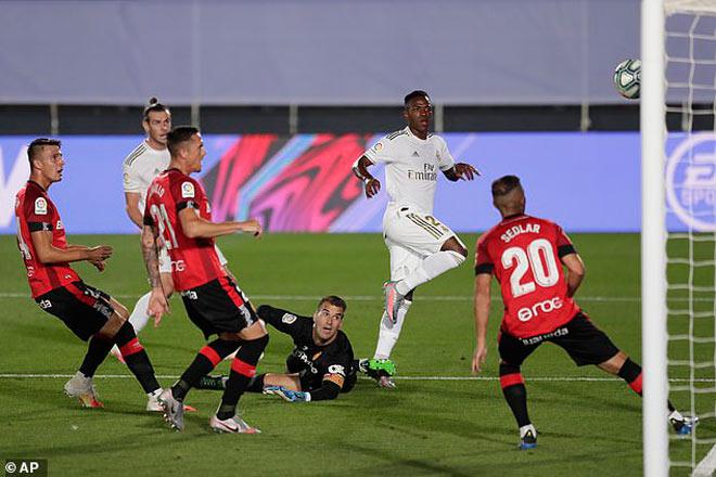 Real ghi bàn gây tranh cãi soán ngôi Barca, Ramos đáp trả Pique sâu cay - 1