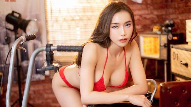 Cô nàng người mẫu diện bộ bikini tự tin tạo dáng bên cạnh chiếc xe đạp mini trông vô cùng cuốn hút và gợi cảm