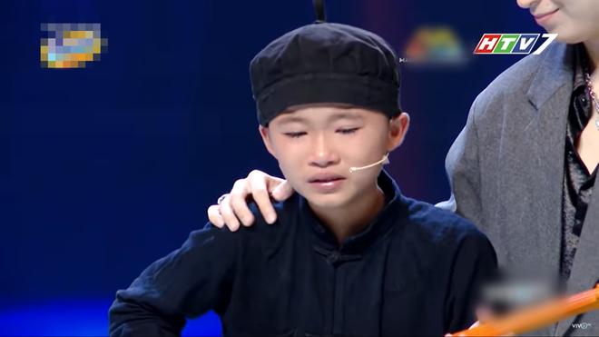 Trấn Thành khiến cậu bé quê Bắc Kạn bật khóc nức nở trên sân khấu vì điều này - 4