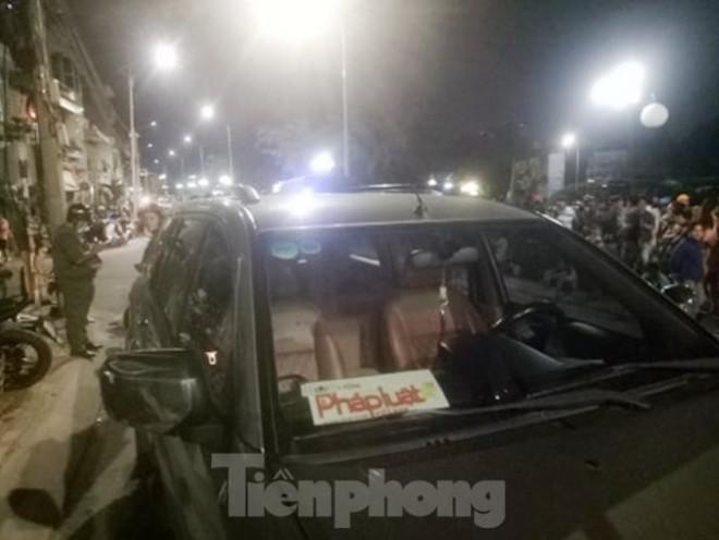 Tài xế cố thủ trong ô tô không giấy tờ, gắn logo báo chí - 2
