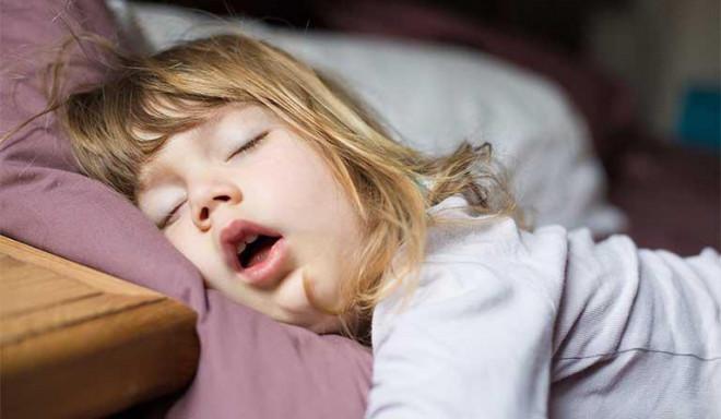 Trẻ khi ngủ có biểu hiện này cha mẹ cần thận trọng nếu không muốn trẻ gặp nguy hiểm - 1
