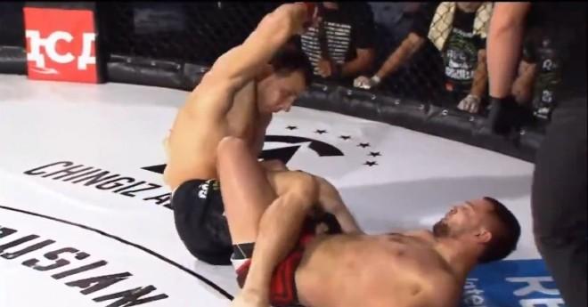 Hoảng hốt MMA: 2 võ sĩ khóa chân nhau & pha lật kèo đầy kinh ngạc - 1