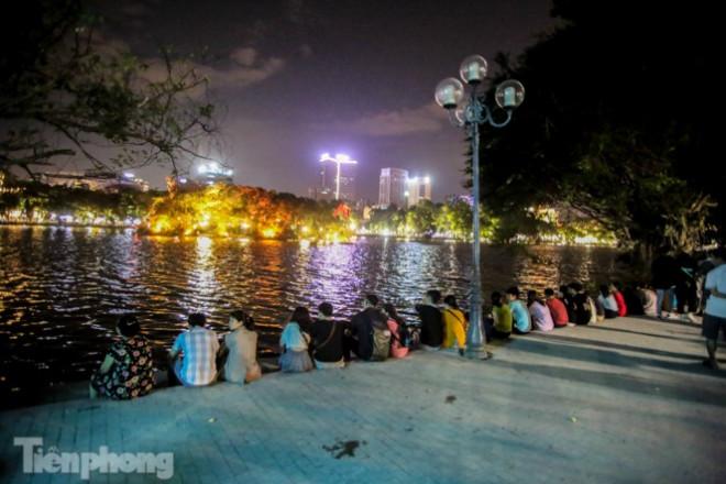 Người dân Thủ đô chen chúc, ngồi chật kín bờ kè mới Hồ Gươm - 1
