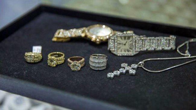 Đàm Vĩnh Hưng nhiều lần khác còn gây choáng váng khi dát đầy kim cương trên người khi cùng lúc sử dụng cả nhẫn, đồng hồ hay mặt dây chuyền đính đầy kim cương có giá bạc tỷ.