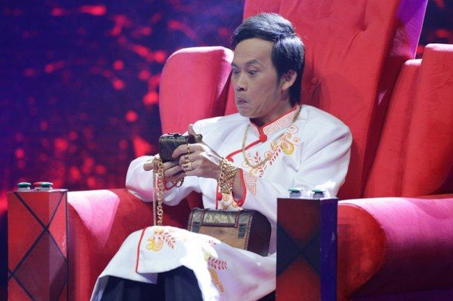 Trong một chương trình gameshow, Hoài Linh từng gây chú ý khi xuất hiện với hình ảnh dát vàng đầy người. Tuy nhiên, đây chỉ là những món phụ kiện để nam danh hài vào vai diễn trong chương trình.