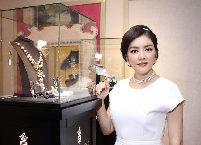 Lý Nhã Kỳ từng gây chú ý khi là bà chủ của một cơ sở kinh doanh kim cương lớn mang tên mình.