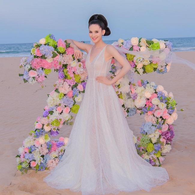 """Người đẹp Hoa hậu Hoàn vũ Việt Nam tiết lộ: """"Chồng tôi có tính sở hữu cao. Anh ấy chỉ muốn ngắm tôi cho riêng mình. Những lúc đi chơi, tôi mặc đầm ngắn anh thường đi kế bên, hoặc nếu lên cầu thang sẽ đi sau lưng để người đi dưới không thấy gì."""""""