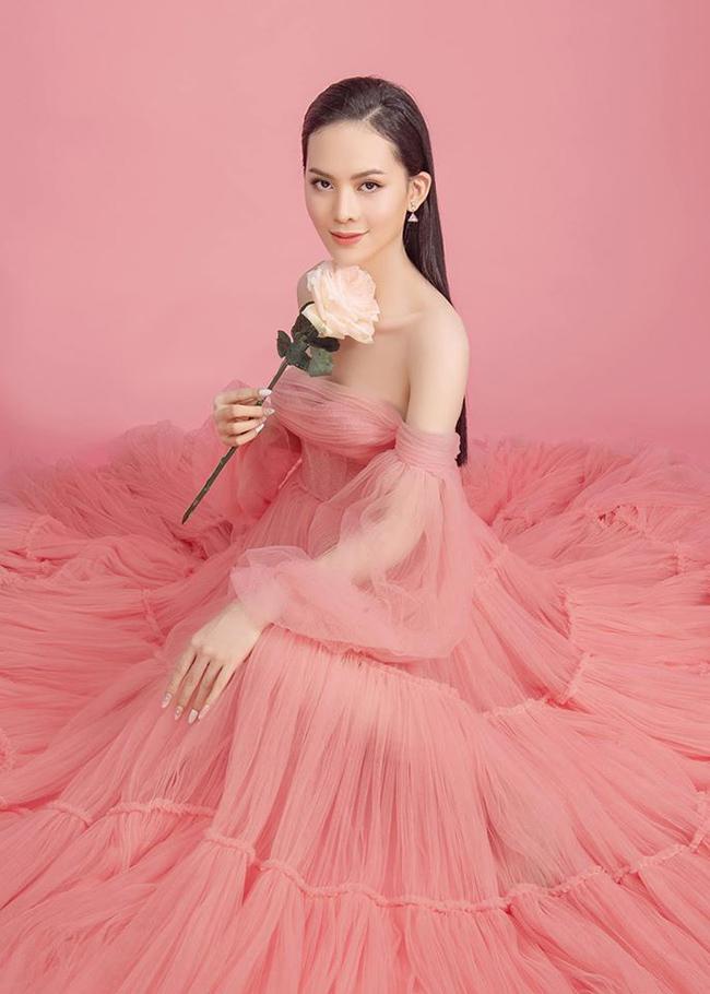Còn lúc bình thường, Sang Lê sẽ để mặt mộc và mặc đầm thoải mái như maxi hoặc đầm tiểu thư. Cô chuộng gu thời trang đơn giản ngày thường.