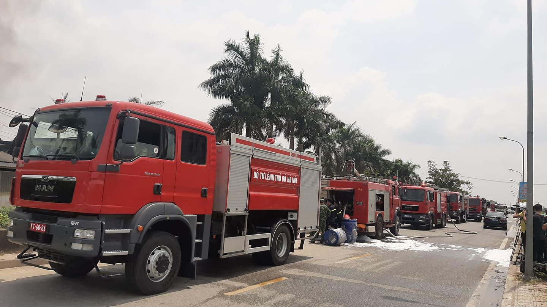 Hà Nội: Cháy lớn tại kho hàng ở cảng Đức Giang - 1