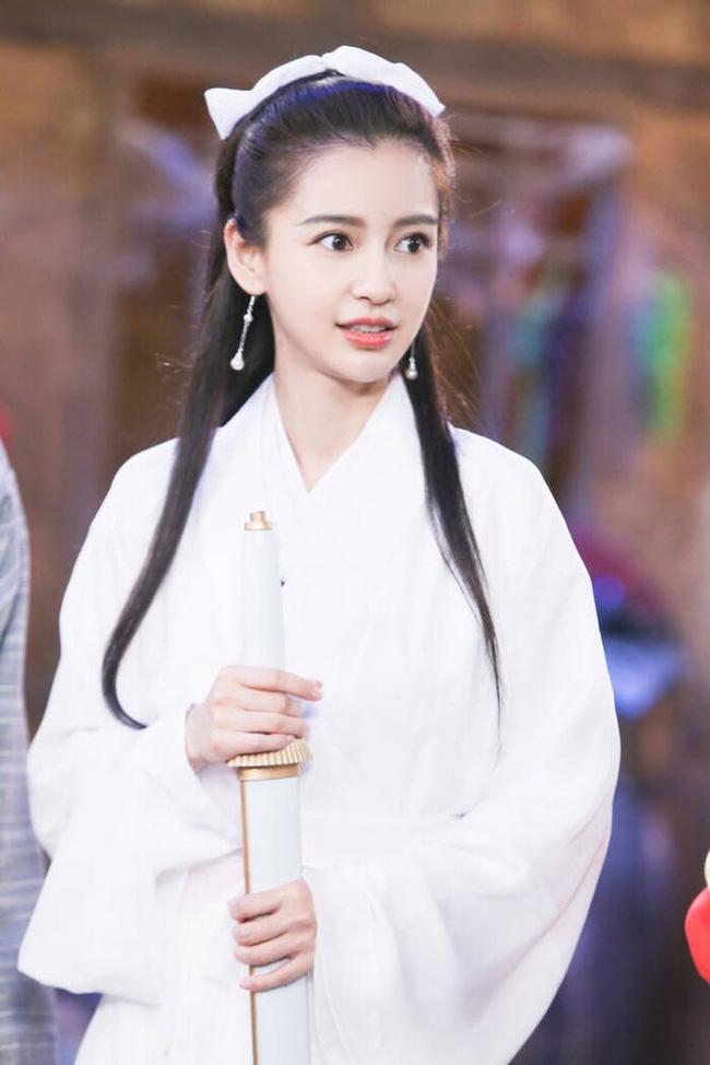 Thậm chí, một số khán giả còn khen Angelababy xinh đẹp chẳng kém gì Lý Nhược Đồng hay Lưu Diệc Phi - những mỹ nhân từng thành công với vai Tiểu Long Nữ.