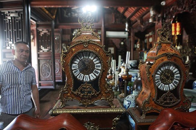 Trong không gian ngôi nhà gỗ 3 gian của anh Phạm Văn Thuộc, xóm 10, xã Thụy Bình (Thái Thụy, Thái Bình) góc nào cũng thấy những chiếc đồng hồ cổ có nguồn gốc từ châu Âu được chế tác rất tinh xảo và chúng rất có giá trị.