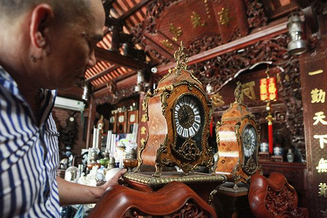 Anh Thuộc cho biết anh đam mê đồng hồ cổ châu Âu từ những năm 2000, sau này có điều kiện sang các nước châu Âu mới tìm hiểu, sưu tầm những con đồng hồ quý tộc này. Trong hình là những con đồng hồ của anh.