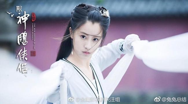 """Năm 2018, làng giải trí Trung Quốc """"phát sốt"""" với nhan sắc mỹ nhân đóng Tiểu Long Nữ trong """"Thần điêu đại hiệp"""" phiên bản 2019. Đó là diễn viên Mao Hiểu Tuệ. Thời điểm đóng phim cô vừa 22 tuổi."""