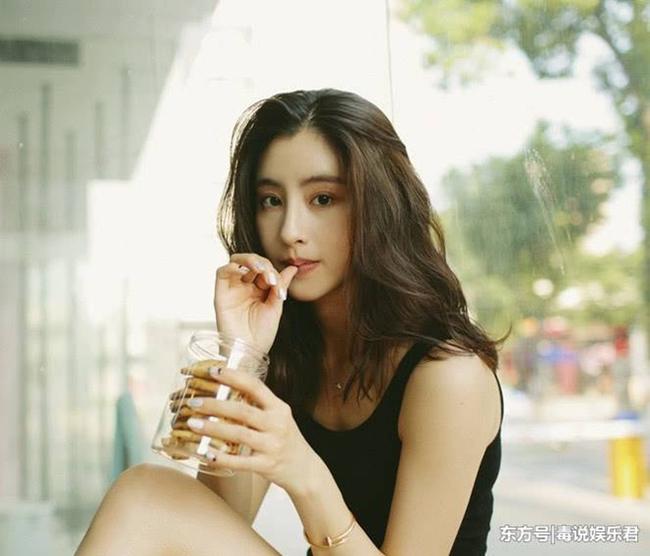 Trước khi trở thành diễn viên, cô chỉ được nhắc đến như một hot girl mạng xã hội. Năm 16 tuổi, hình ảnh Mao Hiểu Tuệ vô tình lọt vào ống kính khi cô đến sân bóng rổ cổ vũ.