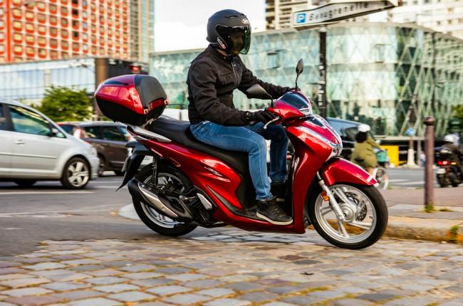 2020 Honda SH 125i ra mắt có những thay đổi về thẩm mỹ bên ngoài, đặc biệt các trang bị và bộ phận cơ khí còn được mở rộng hơn. Tiêu biểu trong số đó là hệ thống động cơ mới thiết kế 4 valve, đạt chuẩn Euro 5 và có hiệu suất tốt hơn, trang bị kiểm soát bám đường HSTC, khung gầm mới, và dung tích đựng đồ được tăng gấp đôi.