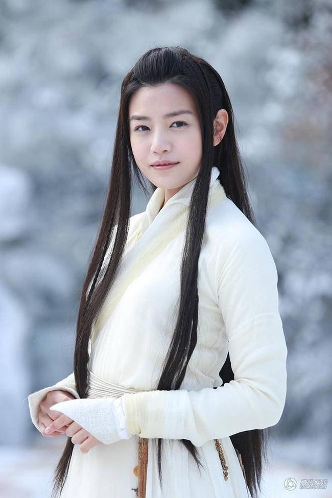 """Ở gần cuối phim, tạo hình tóc buông xõa của Trần Nghiên Hy nhận được nhiều lời khen hơn. Tuy nhiên, diễn xuất của cô không """"cứu"""" được nhan sắc bị ví là """"Tiểu Long Nữ xấu nhất màn ảnh""""."""