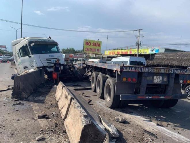 Kinh hoàng cuộn thép trên xe container rơi xuống đường gây tai nạn liên hoàn, kẹt xe nhiều giờ - 1