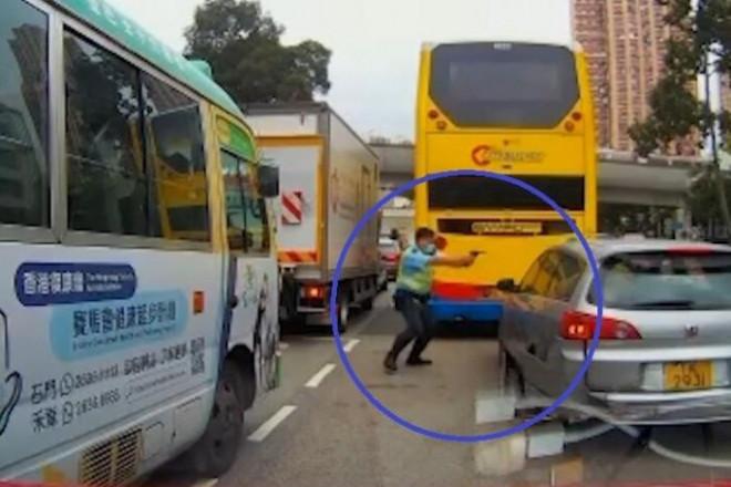 """Video: Cảnh sát rút súng bắn xuyên vai tài xế """"xe điên"""" - 1"""