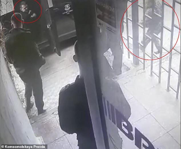 Video: Đóng vai kẻ cướp, không ngờ bị đồng nghiệp cầm súng bắn chết - 1