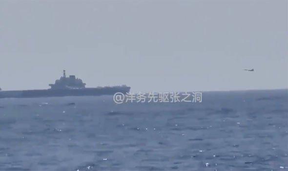 Tàu khu trục Mỹ bám sát tàu sân bay Trung Quốc trên biển Đông - 1