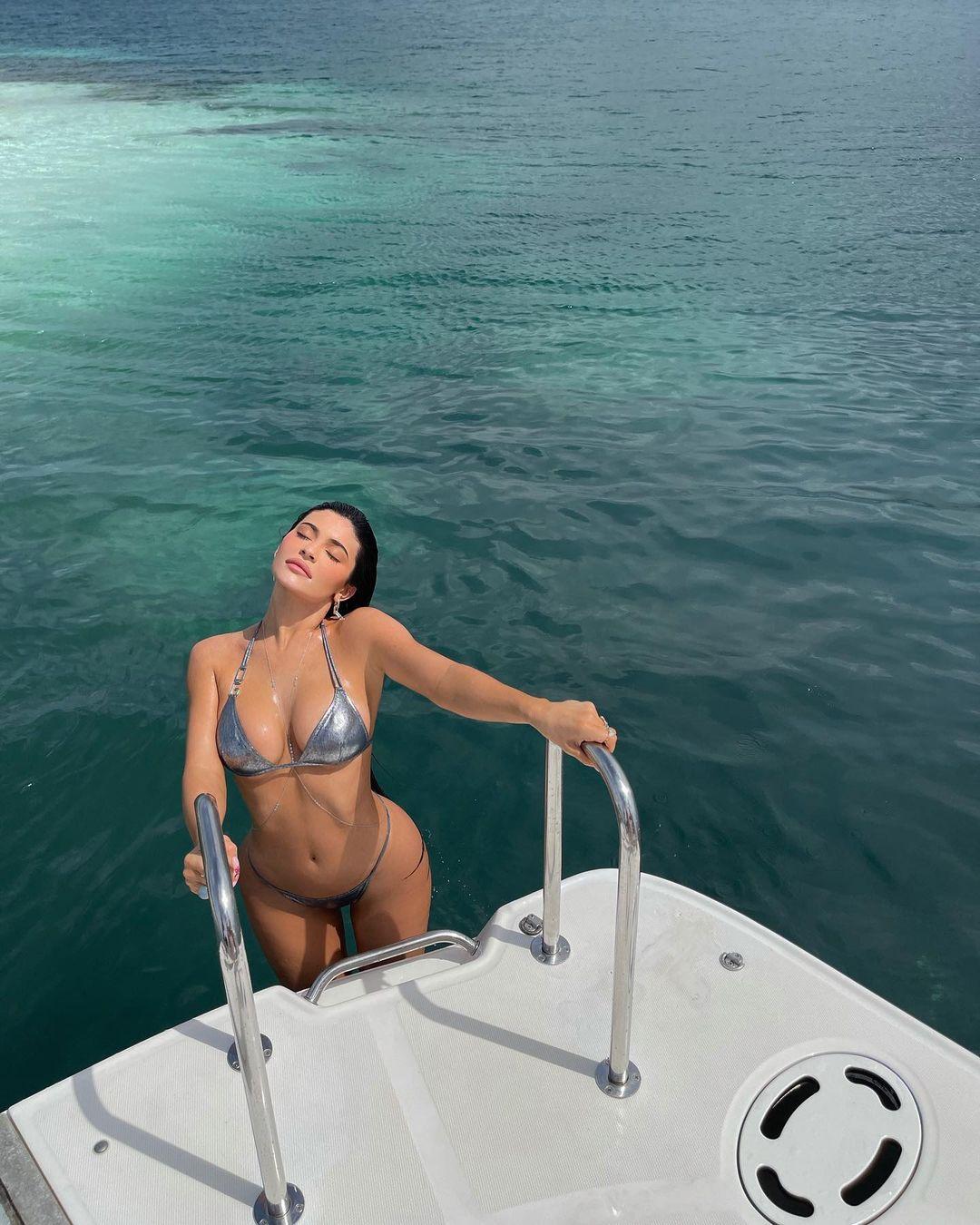 Hot girl Kylie Jenner chưa bao giờ mặc lại bikini - 1
