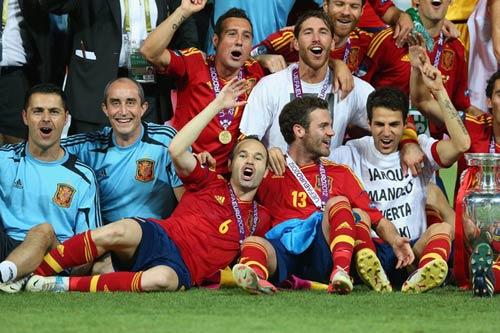 QBV Euro: Iniesta vượt mặt Pirlo - 1