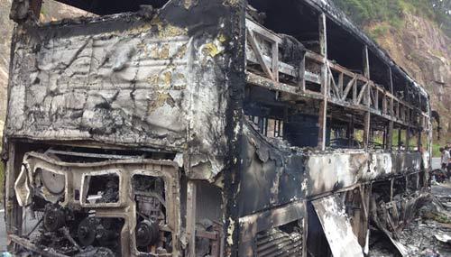 Xe giường nằm cháy rụi, 42 người thoát hiểm - 1