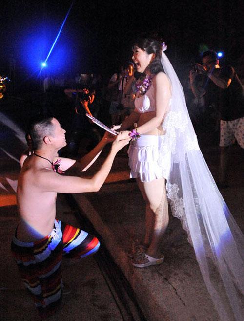 Cặp đôi 8X tổ chức đám cưới bikini - 1