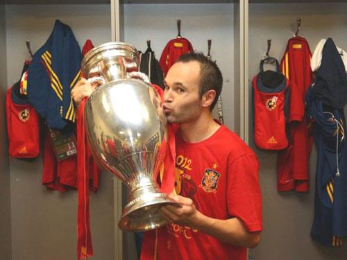 QBV FIFA 2012: Iniesta sẽ đua với Messi - 1
