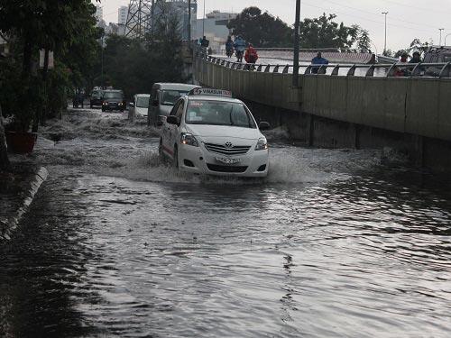 TPHCM ngập sâu trong cơn mưa lớn - 1