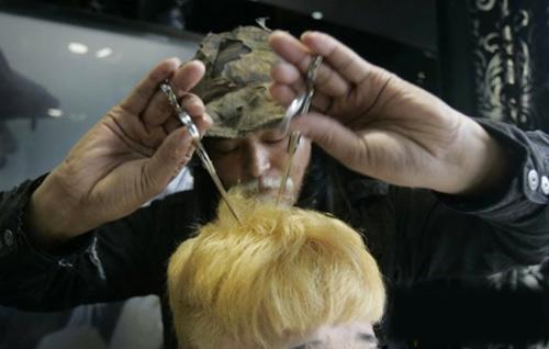 Nhắm mắt cắt tóc với giá cao ngất ngưởng - 1