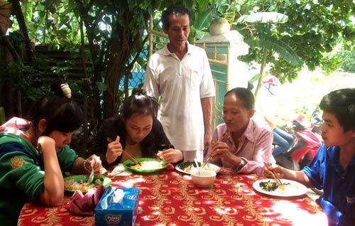 Gia đình nấu 2400 suất cơm miễn phí cho sĩ tử - 1