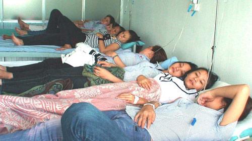 Ngộ độc thực phẩm, 75 công nhân cấp cứu - 1