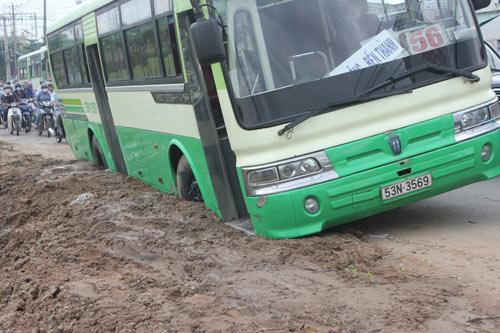 Xe buýt sập hố công trình, hành khách tái mặt - 1